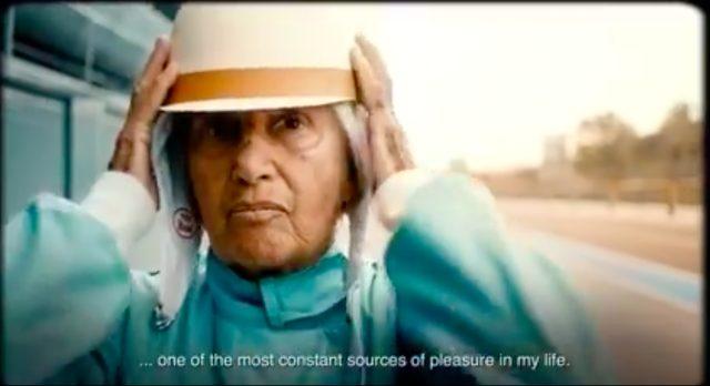 画像: クラシックなデザインのヘルメットを被るマリアさん。キリッとした表情が素敵です。 www.youtube.com
