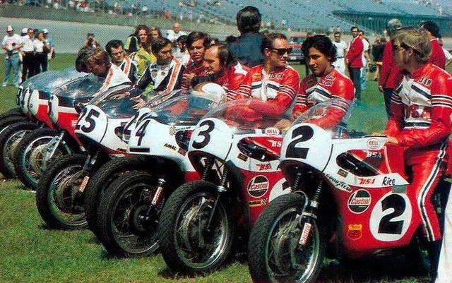 画像: 1971年のデイトナ200。BSAチームの面々は、赤いカラーでイメージを統一していました。 1.bp.blogspot.com