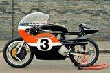画像: 1970年代初頭のロードレースで活躍したXR-TT(空冷V型2気筒OHV750cc)。ちなみにオレンジ /白/黒のレーシング・カラーが決まるまでの時代、ハーレー・ファクトリーはいろんな色を使っていました。 www.bikeexif.com