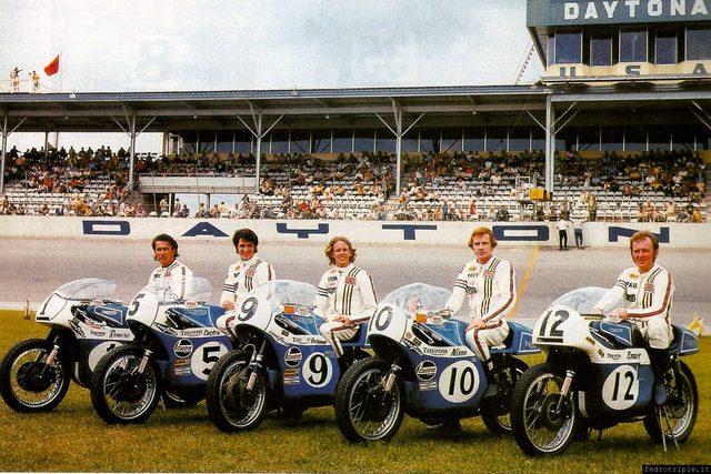 画像: 第二次大戦後、アメリカで大人気だったトライアンフは、青/白をレーシング・カラーに採用していました。 41.media.tumblr.com