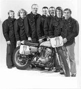 画像: 1976年のハーレー・ファクトリー・チームの面々。中央のメガネの人物が、ディック・オブライエンです。 s-media-cache-ak0.pinimg.com