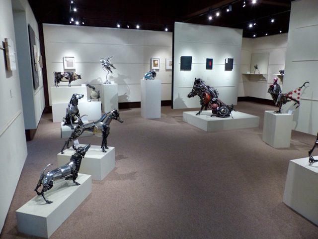 画像: イングランドのコッツウォルズで開催された個展の様子。