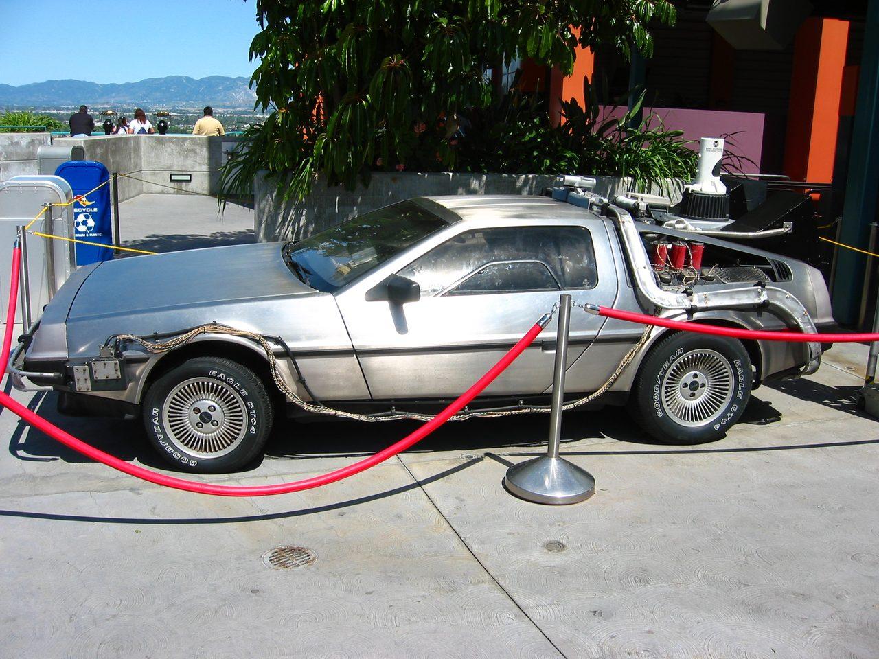 画像: ユニバーサル・スタジオ・ハリウッドで展示されているタイムマシン仕様のデロリアン upload.wikimedia.org