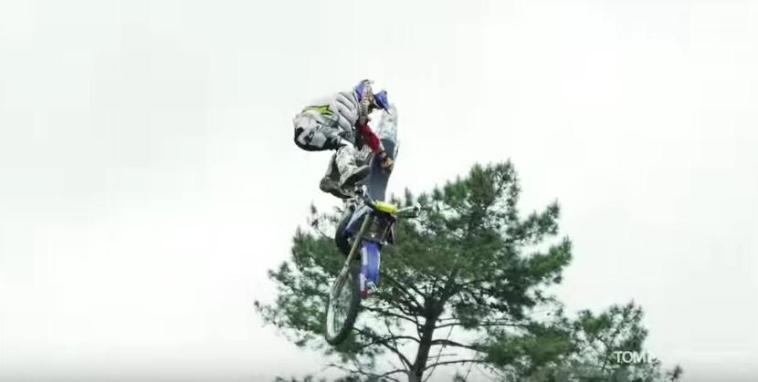 画像3: 空中でバイクを回転させちゃう大技!!