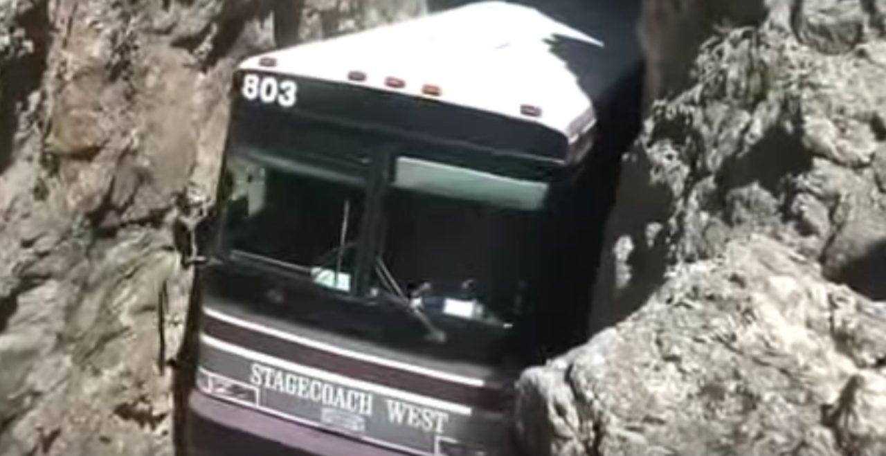 画像3: 超狭いトンネルの中を通り抜けるバスがすごい!!