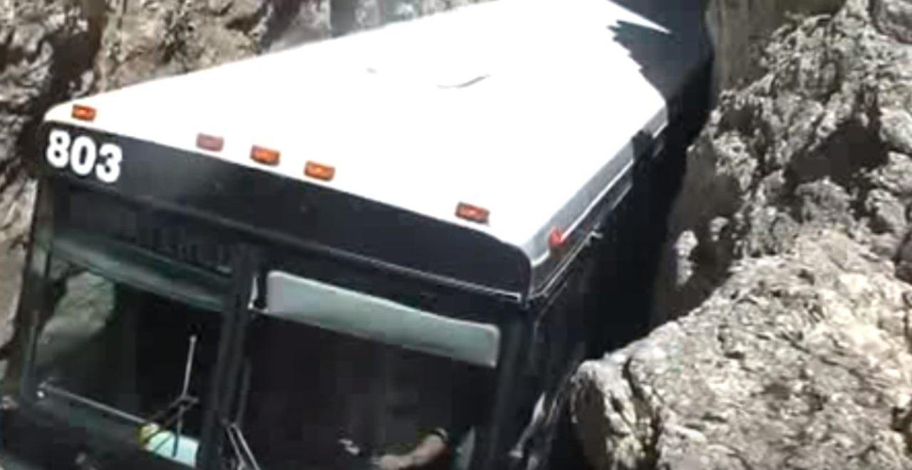 画像4: 超狭いトンネルの中を通り抜けるバスがすごい!!