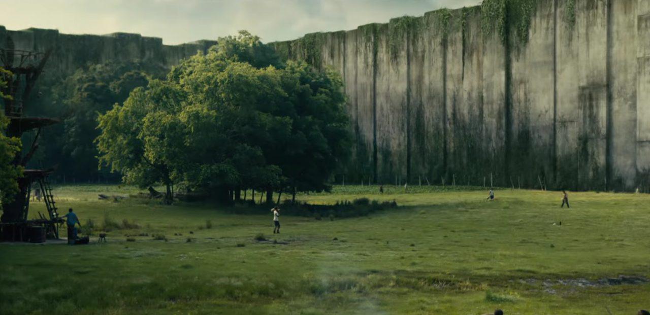 画像: 周囲には巨大な壁