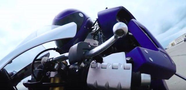 画像: ロッシに勝ったとしても、人類に挑戦したりしないでね。YAMAHAのMOTOBOTにクリソツなオッカナイ存在があの映画に。 - LAWRENCE - Motorcycle x Cars + α = Your Life.
