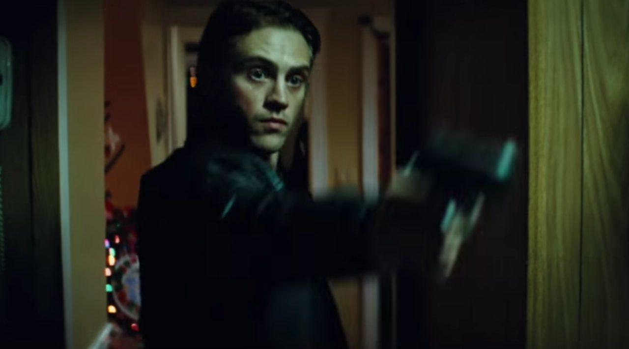 画像: 。マフィアのボスの息子ダニーは殺人の目撃者となったマイクを殺害しようとする www.youtube.com