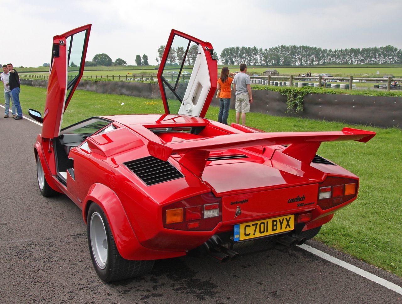 画像: 市販モデルのLP400が登場したのは3年後の1974年である。オーバーヒート対策のためボディに多数のエアインテーク、アウトレットが設けられた。エンジンはより扱いやすくミウラで実績も積んでいた3,929ccエンジンに換装された。また車体構造はテストドライブの際に剛性不足と判断されたため、セミモノコックから丸鋼管を溶接して組み上げたバードケージ(鳥かご)フレームにアルミボディを載せるデザインに変更され、剛性向上と軽量化を同時に果たしている。マルチェロ・ガンディーニのオリジナルデザインに一番近い生産型であるLP400は、わずか150台しか生産されなかった。なお、実際の車両重量についてはカタログ記載より約500kg程度重い1.6tであり、エンジン出力についても実際は330英馬力程度と思われる。これらの数値は実際の各種テストデータ、0~400m13秒台後半、最高速度260km/hなどから考えても辻褄の合う内容である。 ja.wikipedia.org