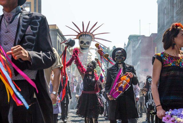 画像: 試写会当日はハロウィンだったが、その気分にぴったりの出だしは、メキシコの死者の日のお祭り 007spectre.jp