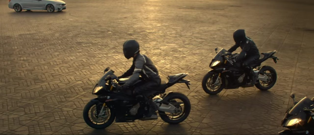 画像: BMWのクルマとバイクの最高峰が一堂に会してスーパーアクション。 www.youtube.com