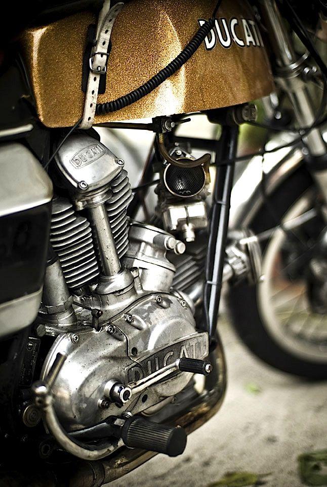 画像: 古〜いドカ。 www.motorecyclos.com