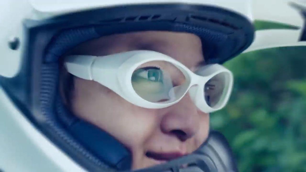 画像: ゴーグルがわりのサングラスではなく走行情報などが走りながら得られるスマートグラス。