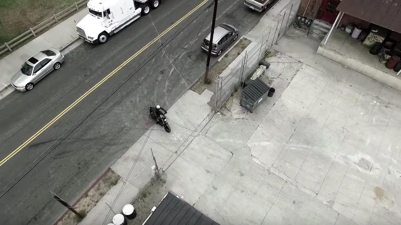 画像: お。一台のオートバイが・・ www.youtube.com