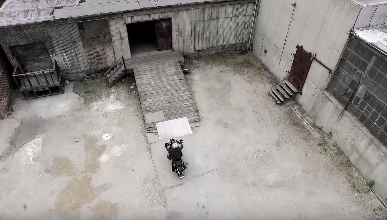 画像: ためらいなく廃屋に入っていきます www.youtube.com