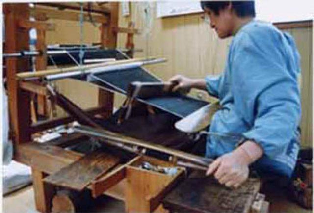 画像: 当時使われていた地機(じばた) www.yuki-tsumugi.co.jp