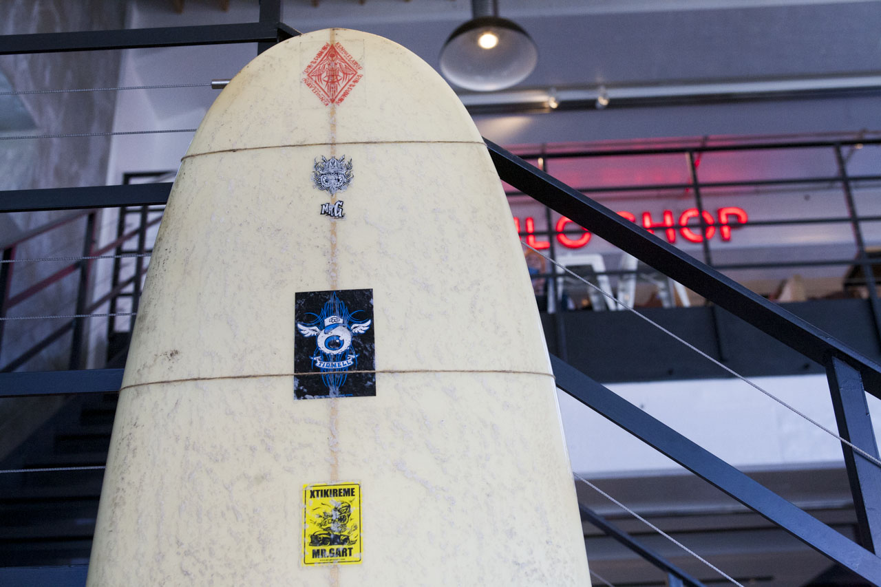 画像: ホットロッドにロングボードをつんでオフタイムに海にでかけるようなカンジ
