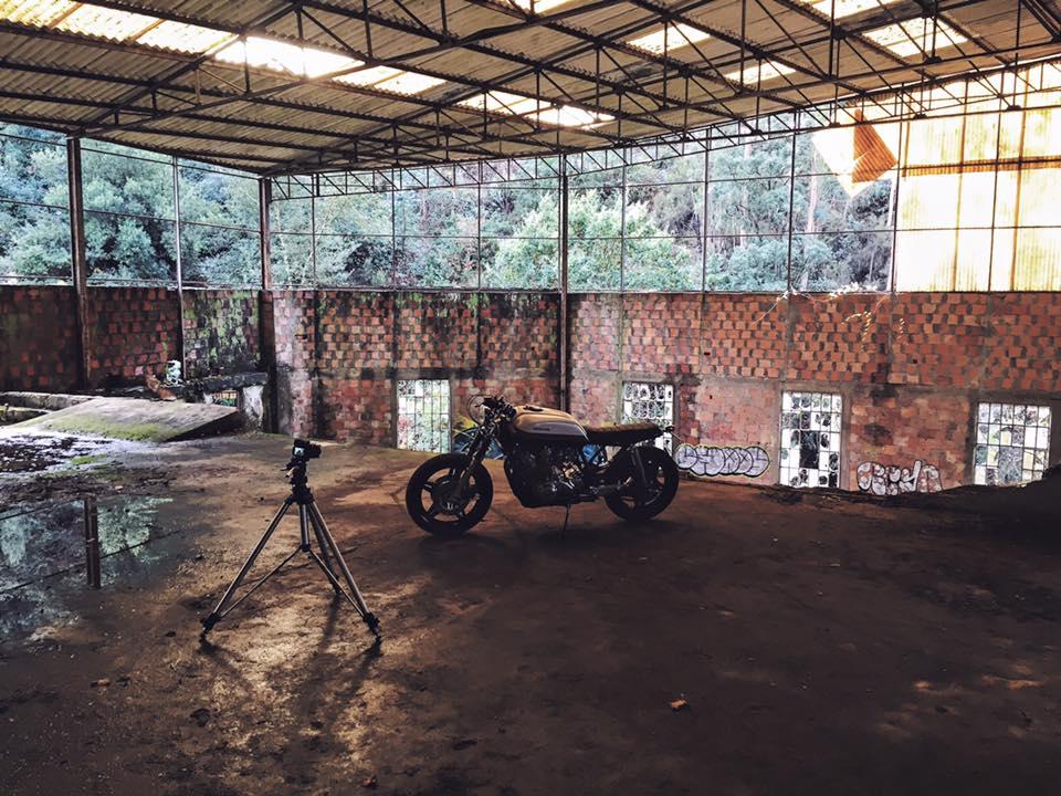 画像: 廃屋に置かれたCB。クール www.facebook.com