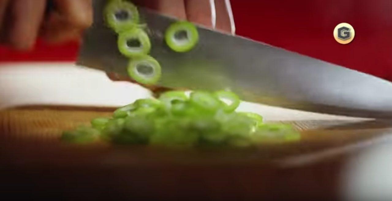 画像: 包丁さばきも鮮やか! www.youtube.com