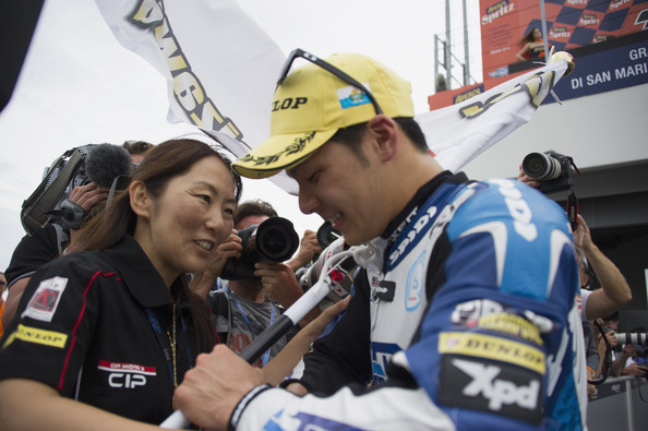 画像: 富沢選手の母、有希子さんと「勝てなかった、ごめん…」と悔しさをにじませる中上選手。 www3.pictures.zimbio.com