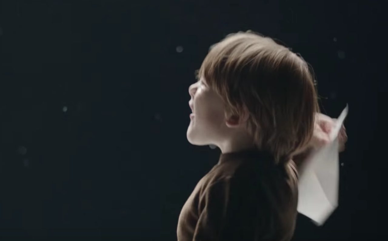 画像: 紙飛行機を飛ばす少年・・・何かを夢見ていたあの頃 www.youtube.com