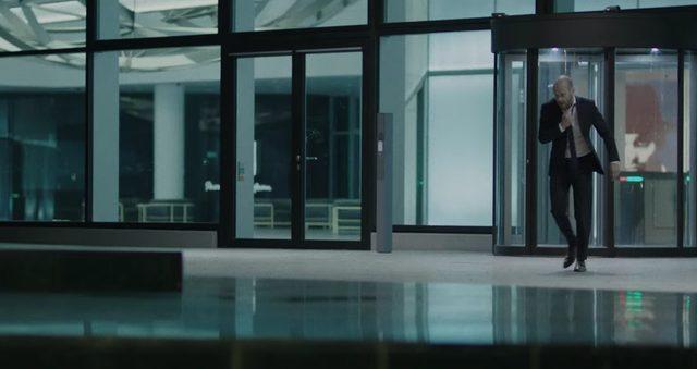 画像: 胸苦しさを感じて、オフィスの外へ・・・ www.youtube.com