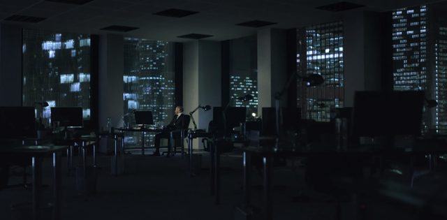 画像: 誰もいないオフィスで物思いに耽る男。それはあなた。 www.youtube.com
