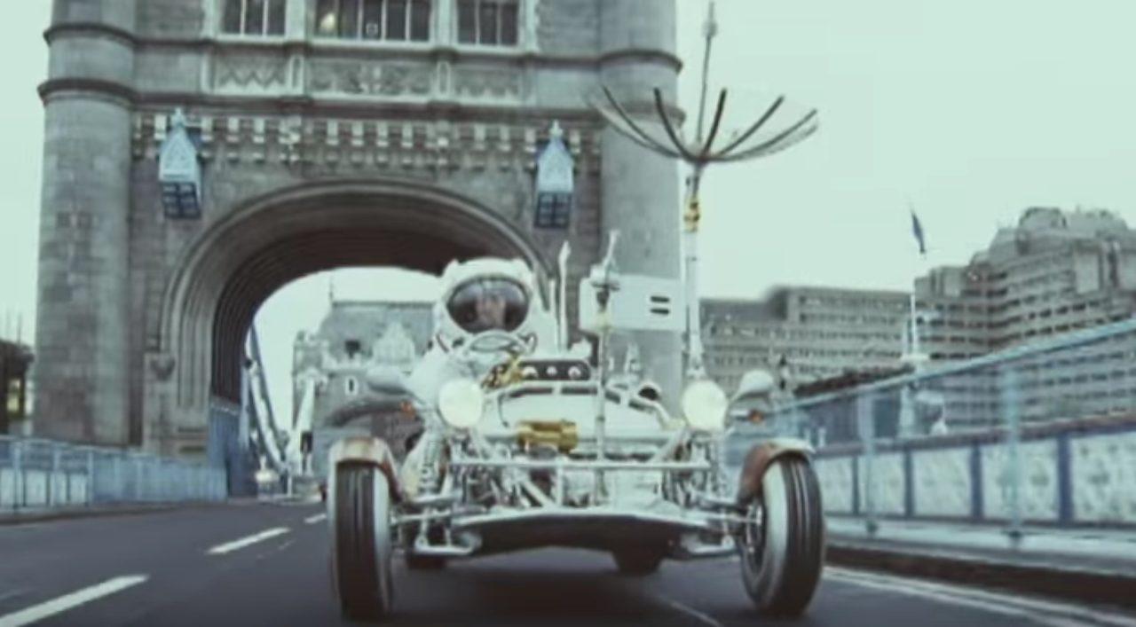 """画像: イギリスの街を月面探査車が徘徊!""""ジャミロクワイ(Jamiroquai)""""RunawayのPVが超ユニーク!"""