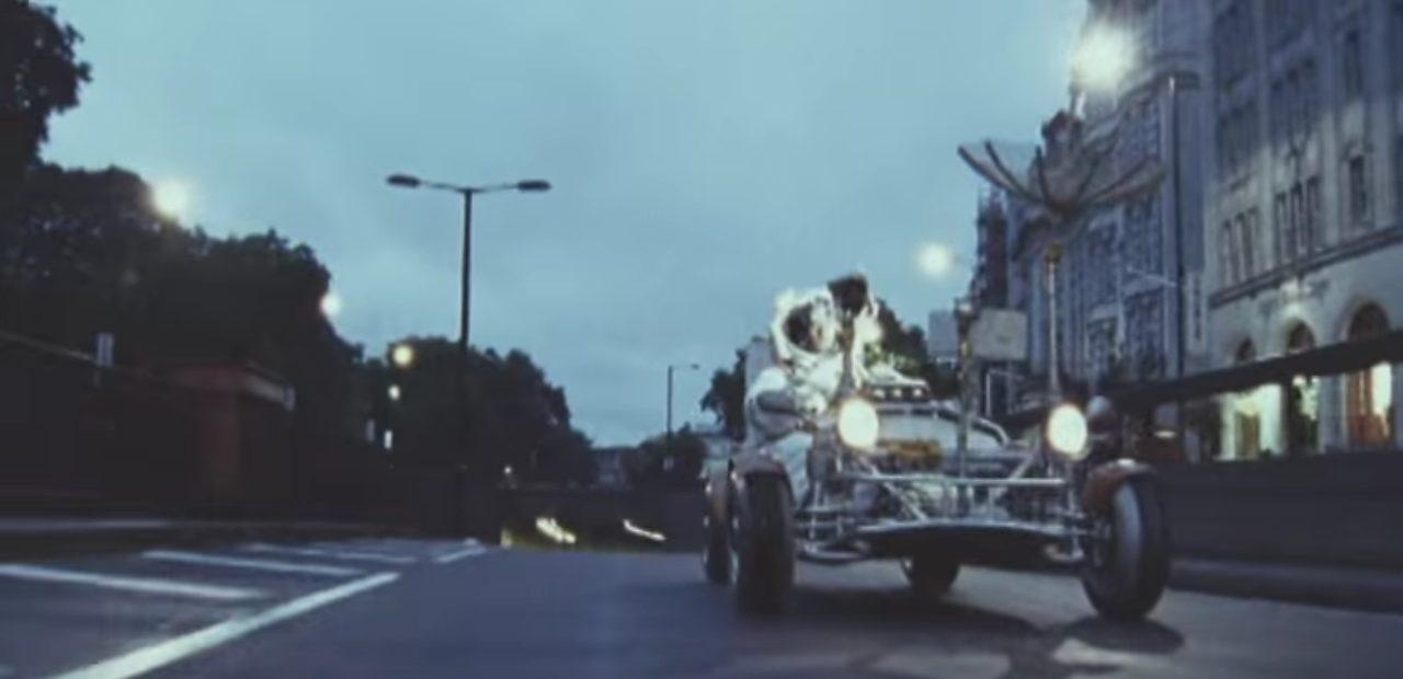 画像3: 大都会イギリスのロンドン市内を月面探査車で駆け回るPVが超個性的!!