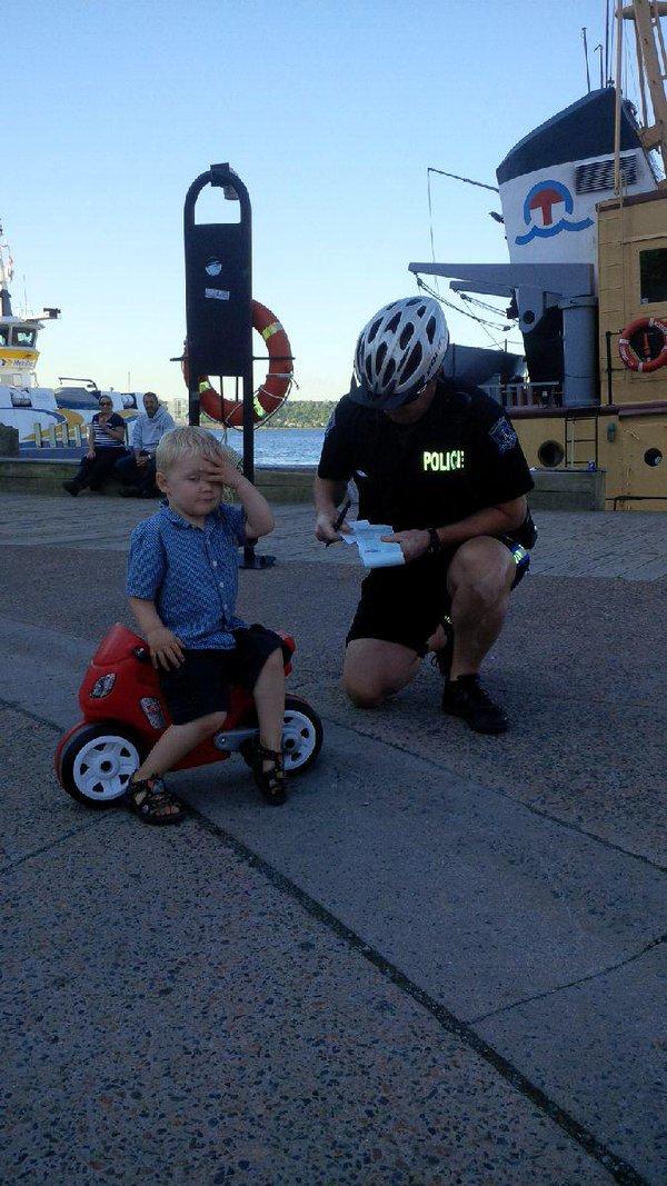 画像: オモチャのバイクが大好きなデクラン君、「バイク進入禁止区域でバイクに乗っていた」 と、警察官から本物の違反キップを切られてしまう。(警察官が大好きなデクラン君のために、父親が地元の警察官に頼んだサプライズ!) ハリファックス警察はFacebookで「フェリーターミナル周辺は駐車禁止ですから、覚えておいてください。昨日、我々はこちらの凶悪なライダーを捕まえました。」と報告。デクラン君の「あちゃー!」というキュートな仕草がネット上で話題に。 その後違反キップはデクラン君の宝物になり、毎日一緒に寝ていたそう。 twitter.com