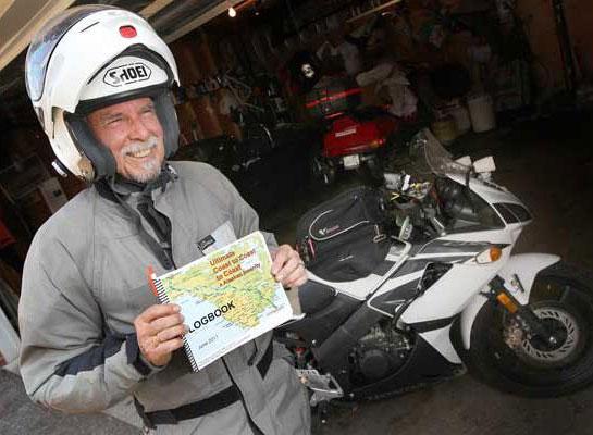 画像: フロリダからアラスカまで、HONDAのCBR125Rでの横断にチャレンジした、65歳のBob Mundenさん。 blog.motorcycle.com