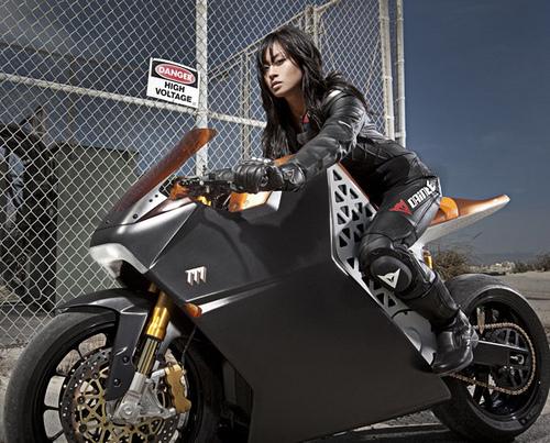 画像: いい!この冷たそうな視線、いい!ところでこのバイク、なあに??
