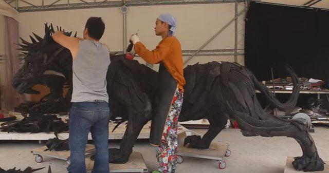 画像: ライオンの姿が浮かび上がって www.youtube.com