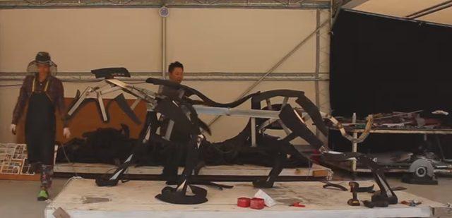 画像: まずは骨組みに素材を少しずつくっつけていきます www.youtube.com