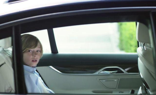 画像: こちらを見る隣の少年 www.youtube.com