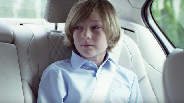 画像: その車の後部座席には自分と同じくらいの年の少年が。ちくしょう、かみ、サラサラでやんの www.youtube.com