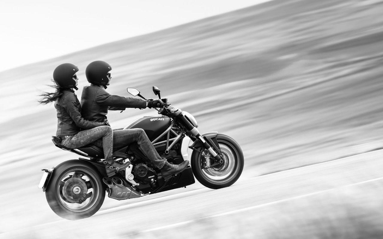 画像: ワイルドに決めて、美女を乗せて走ることが似合う、新しいドゥカティ。 xdiavel.ducati.com