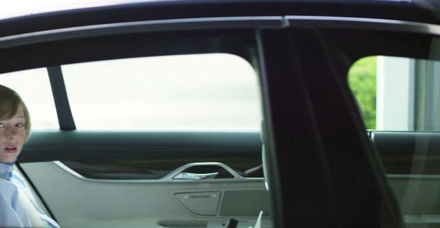 画像: ガレージに消えていく www.youtube.com