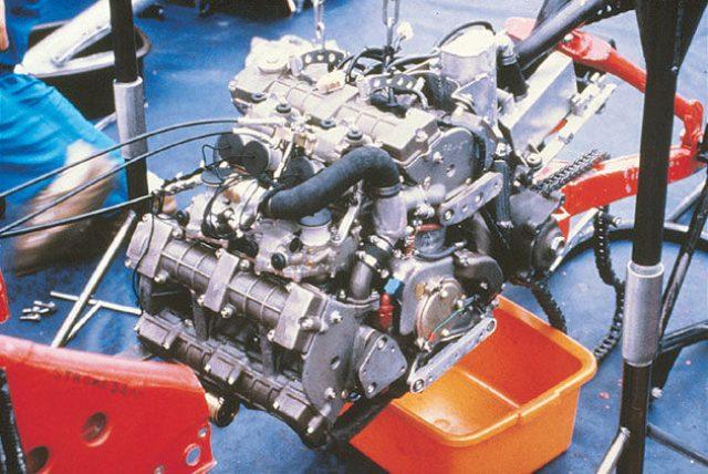 画像: 1979年に撮影された、ホンダNR500(0X)の心臓部。最初期のNR500はエンジンを車体から降ろさないと、ほとんどのエンジンのメンテナンスができないという、ロードレーサーにはあるまじきおそろしく整備性の悪い構造でした。 world.honda.com