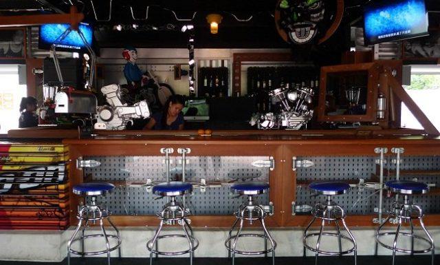 画像: こちらはシンガポールにあるバーのカウンター。その名も「HANDLE BAR」。ハーレーのパンヘッドとドゥカティ8バルブVツインのビアタップがクールです。 s2.yimg.com