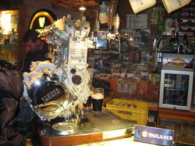 画像: こちらはヤマハ・ジェネシス4気筒エンジン。ピーターがガブガブ(リエル)飲んでいるとかいないとか?(駄洒落失礼その2?) farm4.static.flickr.com