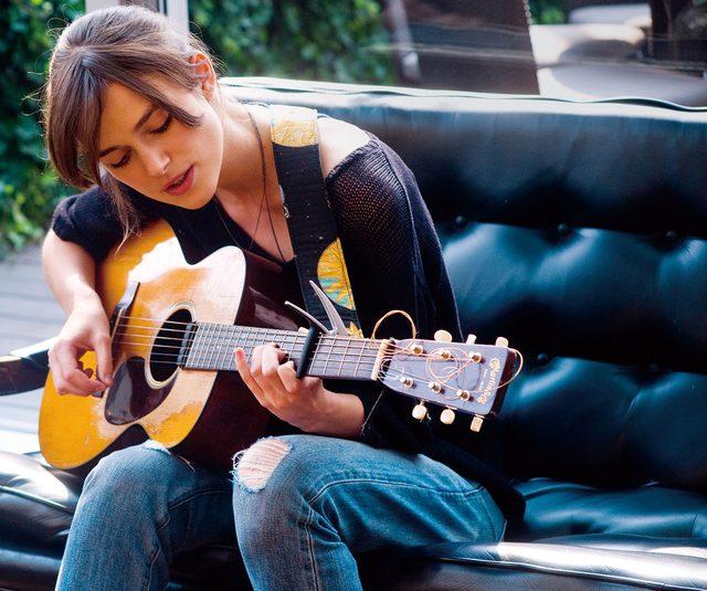 画像: 可憐な歌声を披露するキーラ・ナイトウェイ hajimarinouta.com