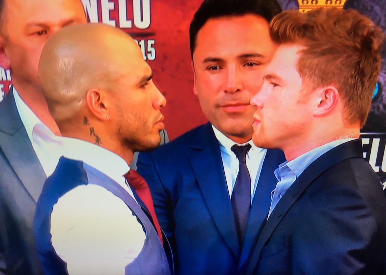 画像: ミゲール・コット(左)とカウロ・サウル・アルバレス(右)真ん中は元ボクシングのスーパースターでいまはプロモーターのオスカー・デ・ラ・ホーヤ - ©WOWOW