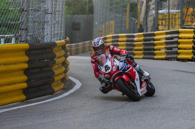 画像: マン島TT現役最多勝の英雄、マクギネス(ホンダ)は4位。マカオGPは2001年に勝利したのが唯一の勝ち星です。 www.bikesportnews.com