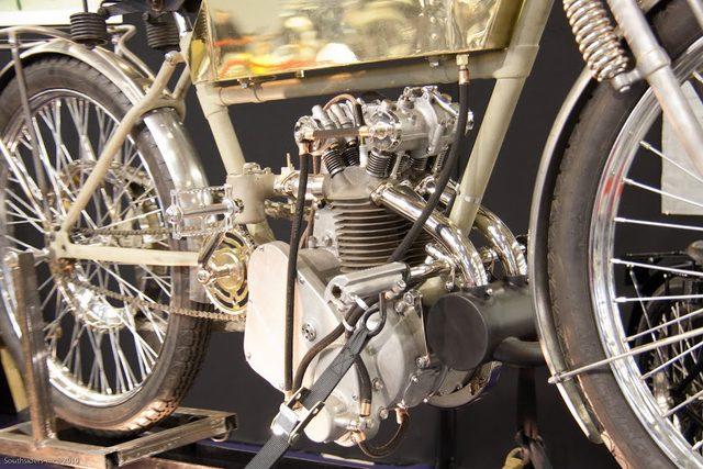 画像: まだサイドバルブ方式の4ストローク単気筒エンジンがロードレースの分野で活躍していた当時、M500のハイメカニズムぶりは群を抜いたものでした。62 × 82 mm=495 ccで、最高出力は15馬力。最高速は122.2km/hをマークしました。 4.bp.blogspot.com