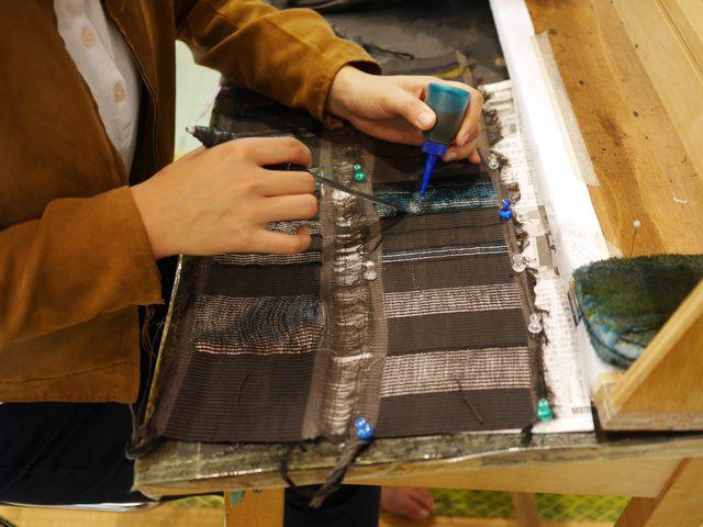画像: 白い部分が綿糸で織られた部分。そこに染色していく