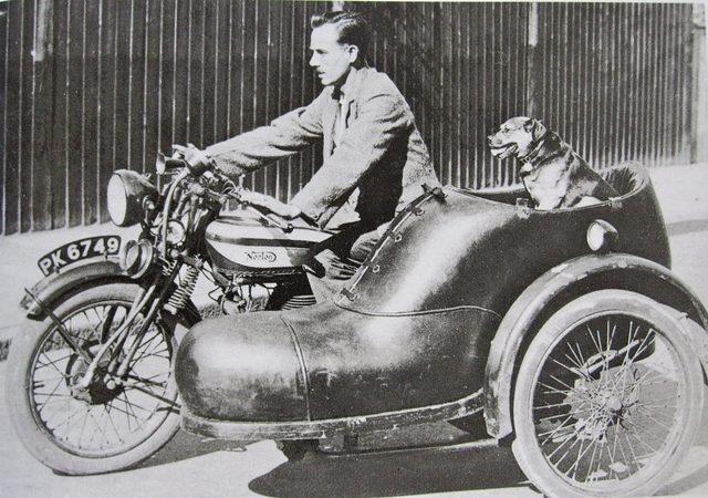 画像: 1929年型ノートン16Hのサイドカーは、なんとカー側のデザインが靴! これはロンドンの靴屋さんの広告宣伝車として作られたモノです。ワンちゃんも、宣伝に一役買っています? cdn.silodrome.com