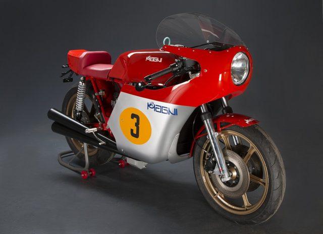画像: GPを席巻した伝説の3気筒の再来、として昨年発表され注目を集めた「マーニ・フィロ・ロッソ」。現行のMV3気筒800ccエンジンを、かつてのMVグランプリバイクを彷彿させるシャシーに搭載しています。 media.motoblog.it