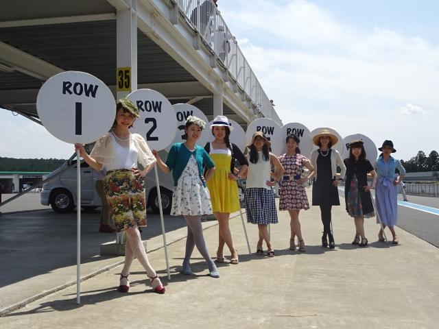 画像: サーキットの華であるグリッドレディたちの、クラシカルなファッションも見ものです。 blog-imgs-72.fc2.com